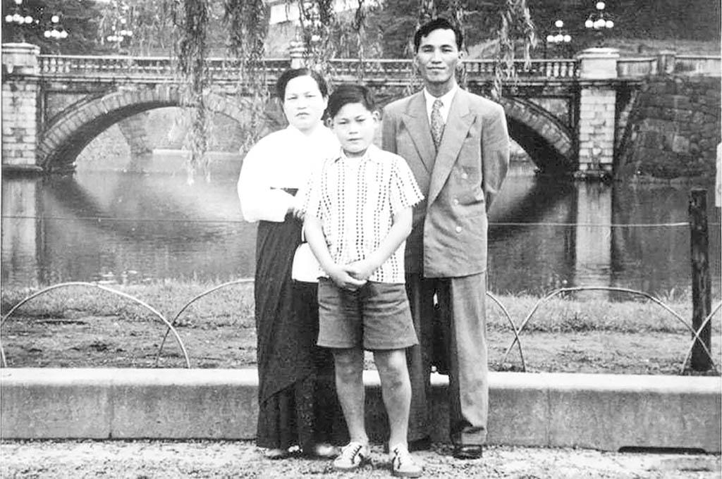 لی کان هی نوجوان در کنار پدر و مادرش copy