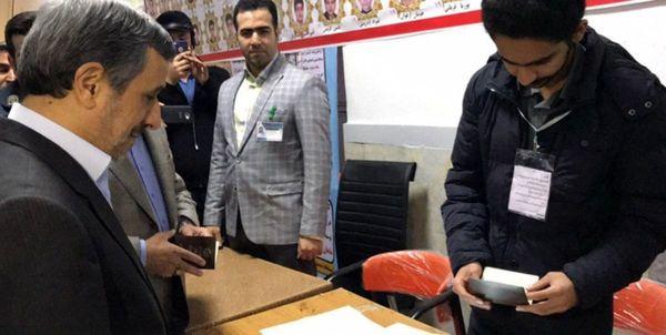 عکس| احمدینژاد رای خود را به صندوق انداخت