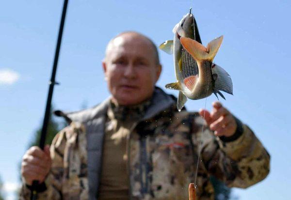 عکسی متفاوت از آقای رئیس جمهور در حال ماهیگیری