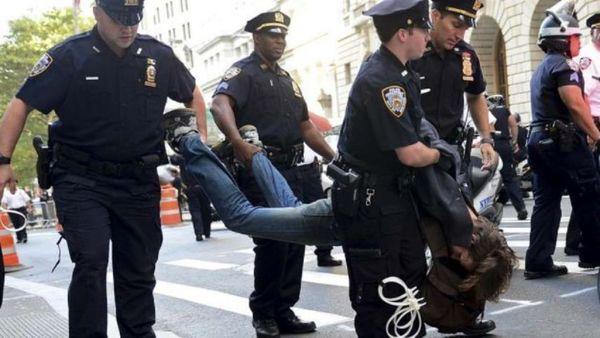 تعلیق افسر آمریکایی که به یک زن مقابل کنگره شلیک کرد