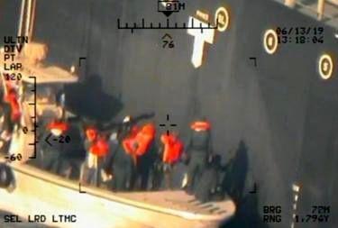 عکسهای ادعایی جدید آمریکا درباره حادثه نفتکش ها / ادعای واشنگتن: یکی از این عکس ها بقایای دستگاه اتصال مغناطیسی مین منفجر نشده را نشان می دهد / با توجه به مهارتی که برای برداشتن سریع مین ها لازم است، ایران مسئول حملات است
