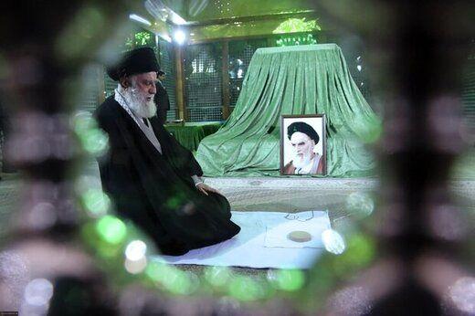 تصویری از فاتحه خوانی رهبر انقلاب بر مزار پدر موشکی ایران
