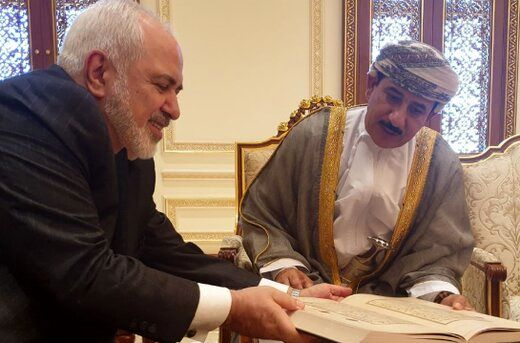 ظریف دفتر یادبود سلطان قابوس را امضا کرد/عکس