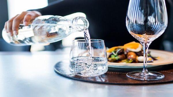 بلایی که نوشیدن آب حین غذا به سرتان میآورد