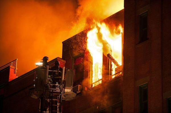 20 نفر از آتش سوزی مهیب جان سالم به در بردند