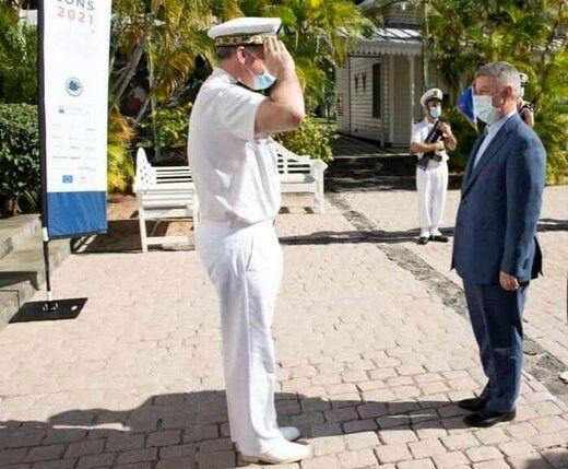 احترام فرمانده نیروی دریایی فرانسه به مقام نظامی ایران/ عکس