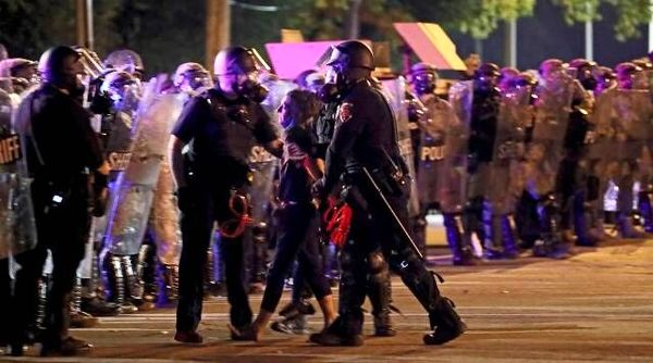 پلیس فدرال آمریکا به معترضان یورش برد