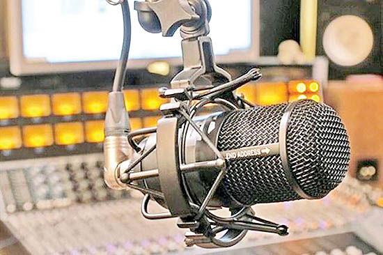 اجرای مسابقه خوانندگی در رادیو