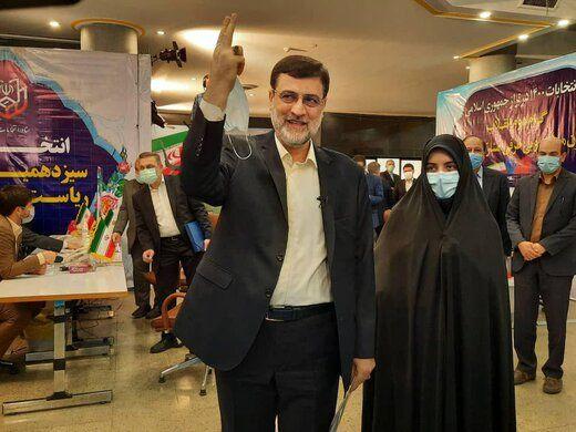 عکسی از قاضیزاده هاشمی و دخترش در ستاد انتخابات
