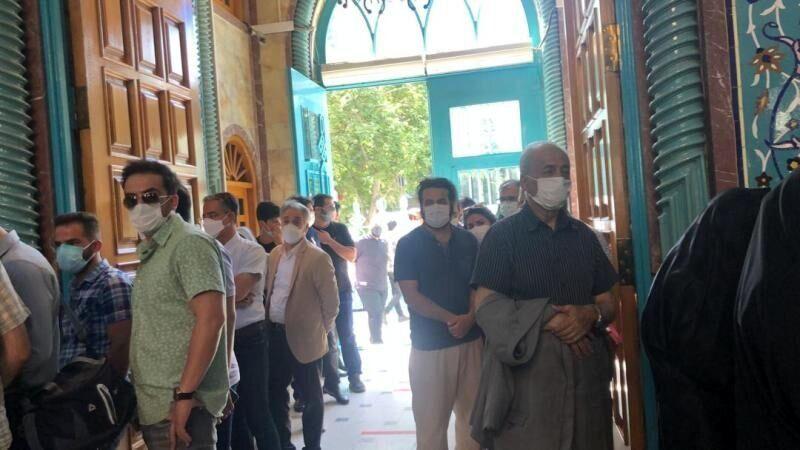 یک اتفاق مرگبار در انتخابات /عکسی از دو صفه شدن رای دهندگان در حسینیه ارشاد
