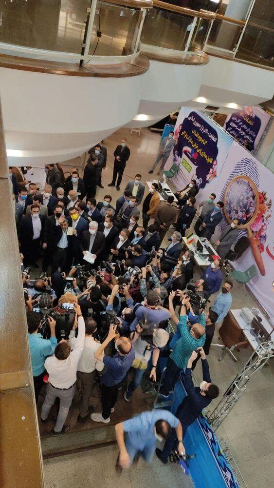 عکسی از احمدی نژاد همراه با شناسنامه اش بعد از ثبت نام در انتخابات 1400