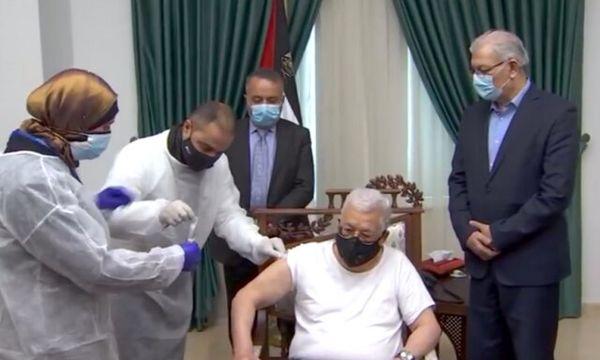 لحظه تزریق واکسن کرونا به محمود عباس/ عکس