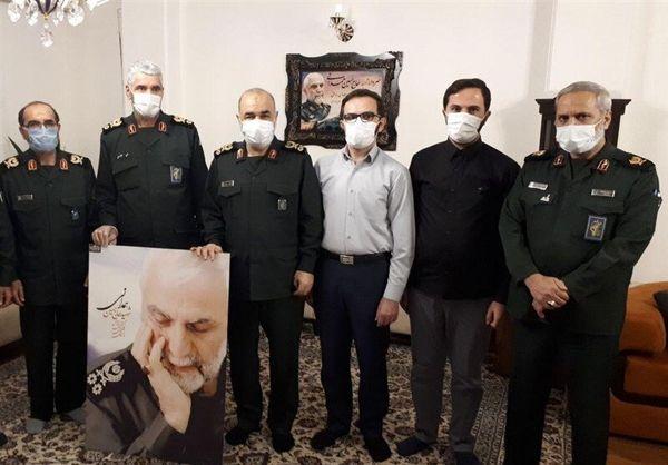 تصویری از فرمانده کل سپاه در کنار یک خانواده شهید معروف