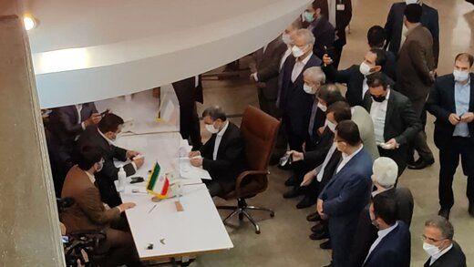 عکسی از احمدی نژاد  درحال ثبت نام در انتخابات 1400