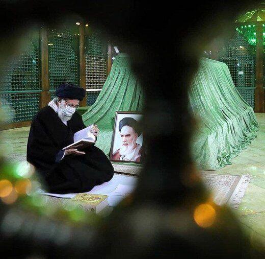 تصویری از قرآن خواندن رهبر انقلاب بر سر مزار امام خمینی(ره)