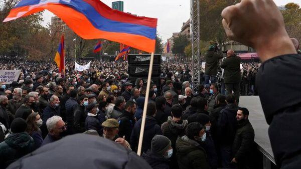 ورود معترضان در ارمنستان به ساختمانی دولتی
