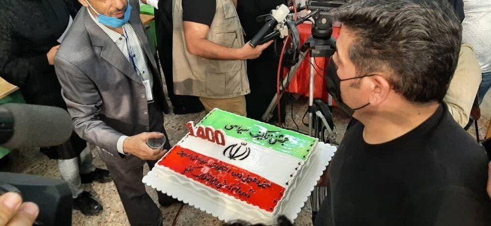 کیک سیاسی برای انتخابات ۱۴۰۰/ کودکان غوغا به پا کردند/ عروس و دامادیزدی هم رای دادند