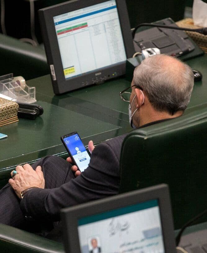 عکس   تلاش جنجالساز یک نماینده برای فعال کردن فیلترشکن در صحن مجلس