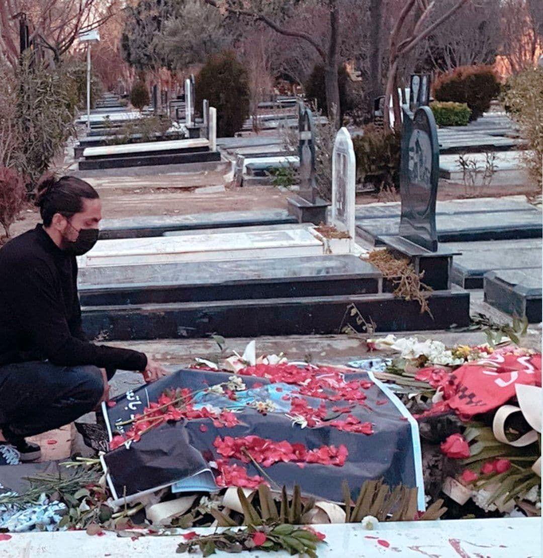 مدافع استقلال بر مزار میناوند/عکس