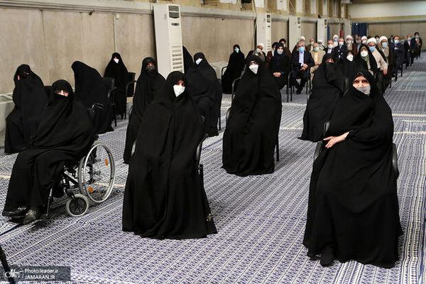 عکسی از دختران امام راحل در مراسم تنفیذ رئیسی