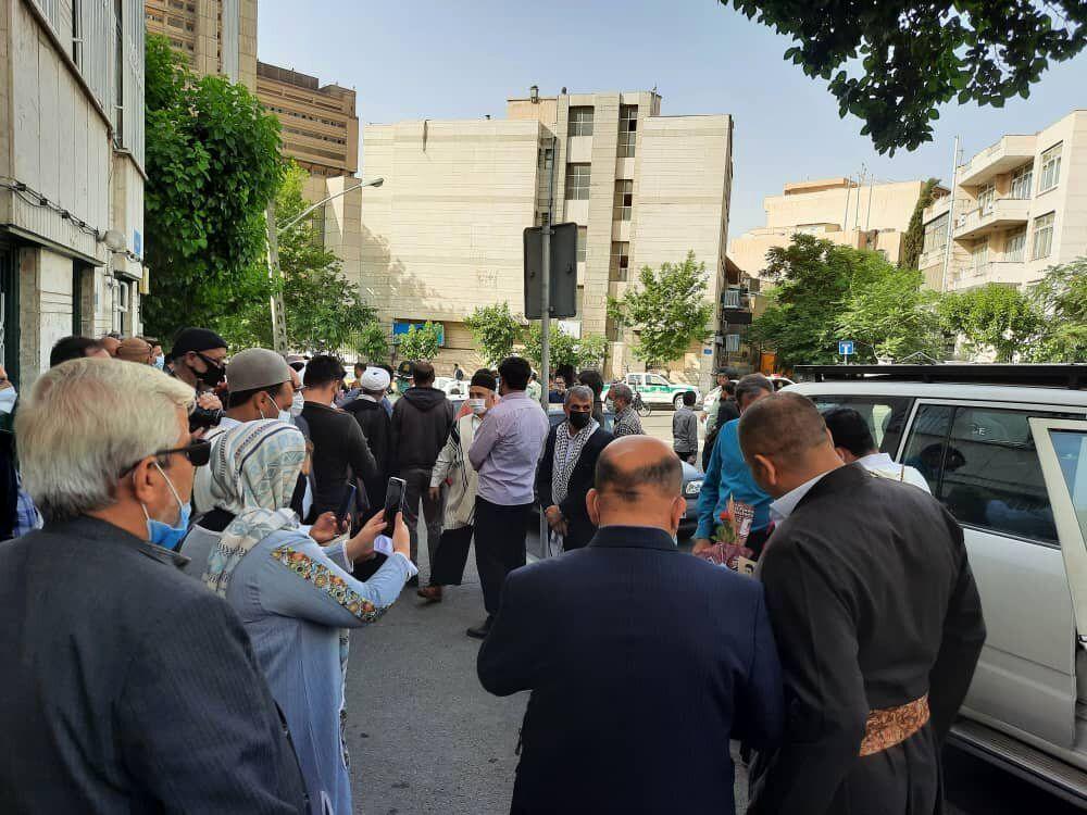 تصویری از تجمع در مقابل خانه محمود احمدی نژاد قبل از ثبت نام در انتخابات 1400