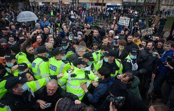 اعتراضات گسترده علیه محدودیت های کرونایی در انگلیس