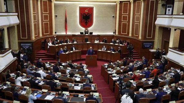 پارلمان این کشور به کابینه زنان رای موافق داد