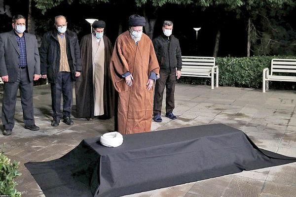 اقامه نماز رهبر انقلاب بر پیکر  آیتالله مصباح یزدی