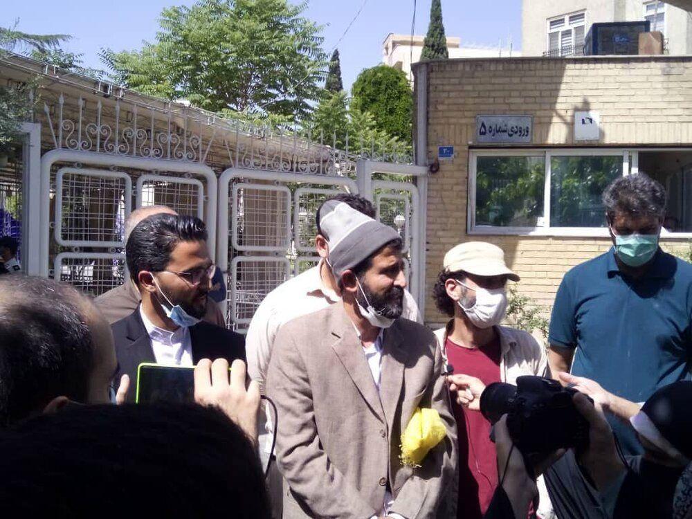 قالیباف نتوانست مانع دزدی معاونش شود /رئیس جمهور شوم از ظریف استفاده می کند /این مرد با پاپیون قرمز به ستاد انتخابات آمد +عکس