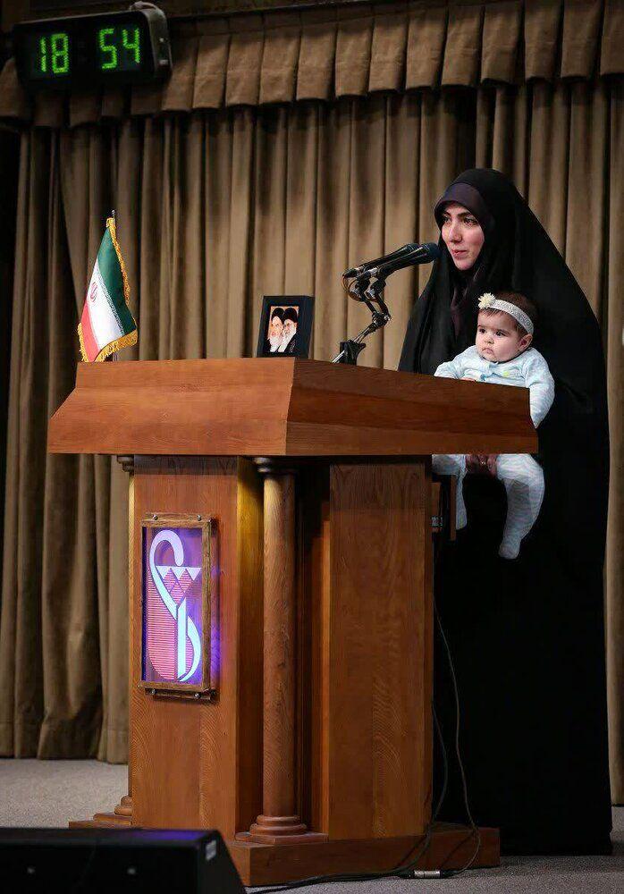 تصویری متفاوت از سخنرانی یک دانشجو همراه با نوزادش در محضر رهبری