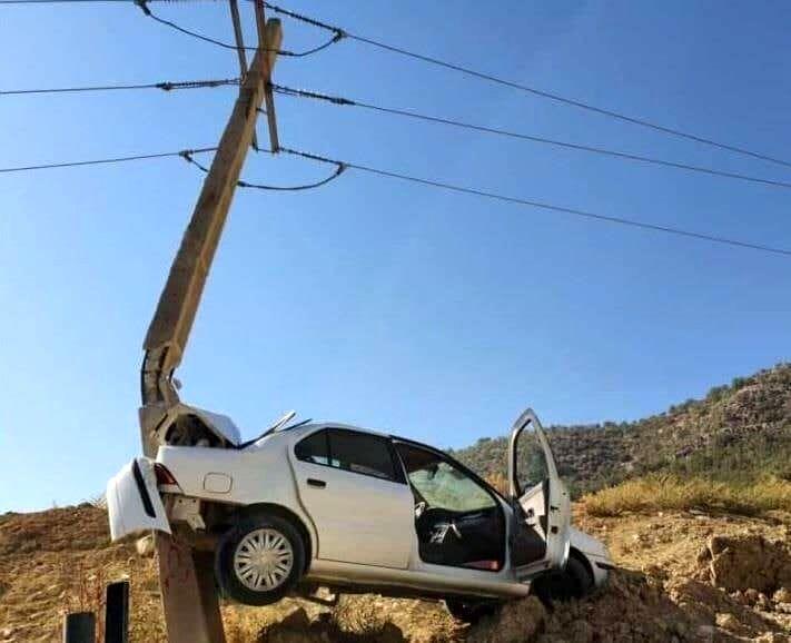 عکس | تصادف عجیب یک خودرو با تیربرق | برق ۲۵۰۰ مشترک قطع شد
