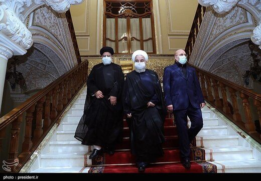 قاب عکس متفاوت در اتاق جلسه روحانی، قالیباف و رئیسی