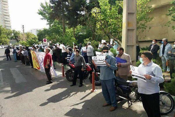 تجمع کارکنان دانشگاهها مقابل وزارت علوم در اعتراض به عدم همسان سازی حقوق