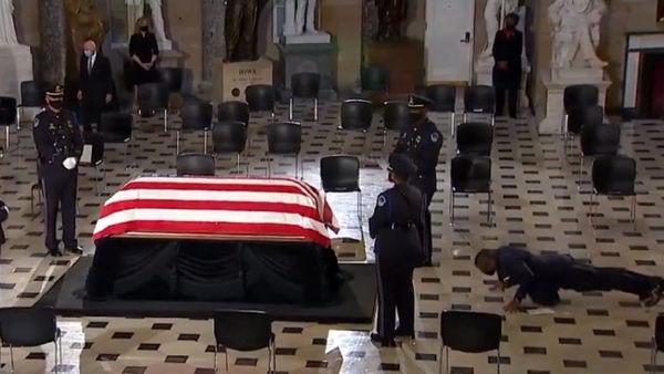 اتفاقی عجیب در مراسم تشییع جنازه قاضی برجسته دیوان عالی آمریکا