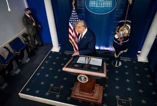 تصویری که با عنوان تنهایی ترامپ وایرال شد