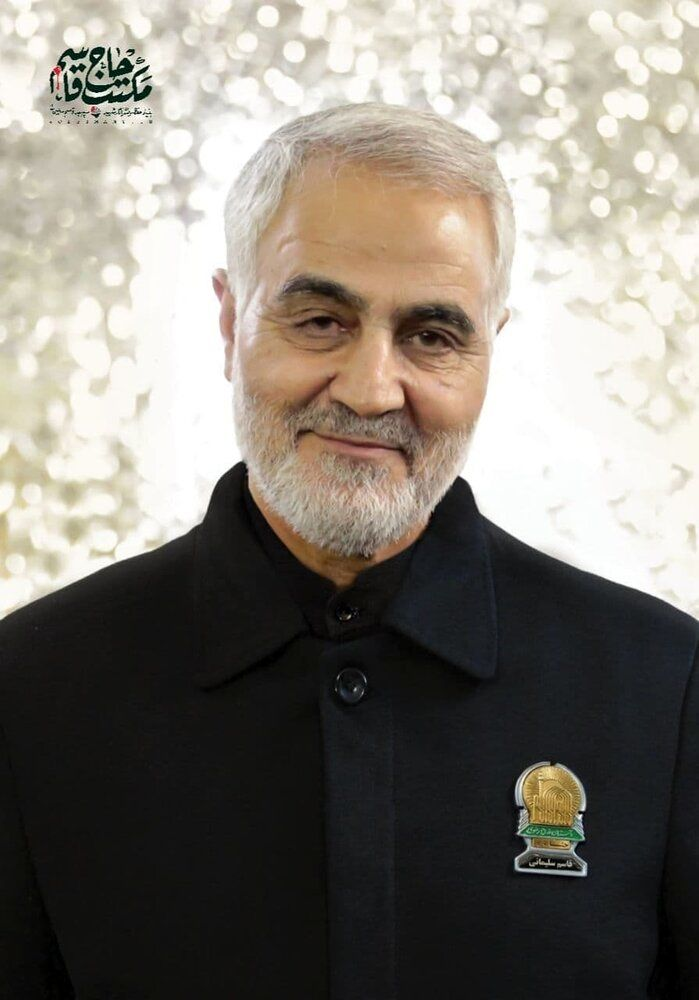 عکس | شهید قاسم سلیمانی در لباس خادمی امام رضا(ع)