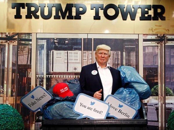 انداختن مجسمه ترامپ به سطل زباله در یک موزه+عکس