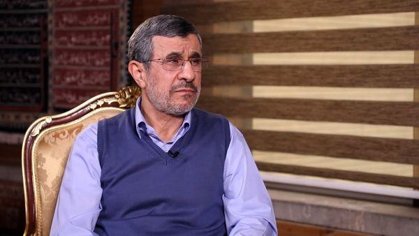 احمدی نژاد: به رهبری نامه زدم و گفتم اینکار مجلس پدر کشور را در می آورد /حاضرم تضمین محضری بدهم که حتی یک صندلی از دولت نمی خواهم