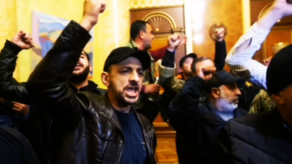 حمله مردم ارمنستان به کاخ نخست وزیری در ایروان