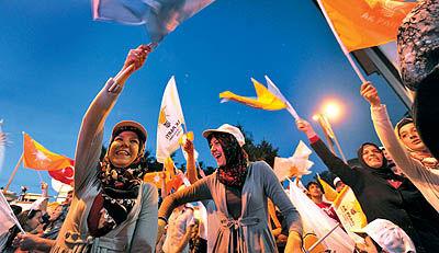 پیروزی قاطع اسلامگرایان