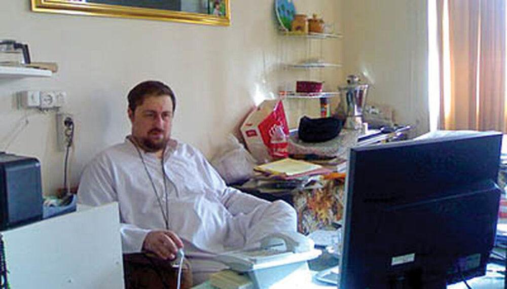 عکسی متفاوت از سیدحسن خمینی در اتاق کارش