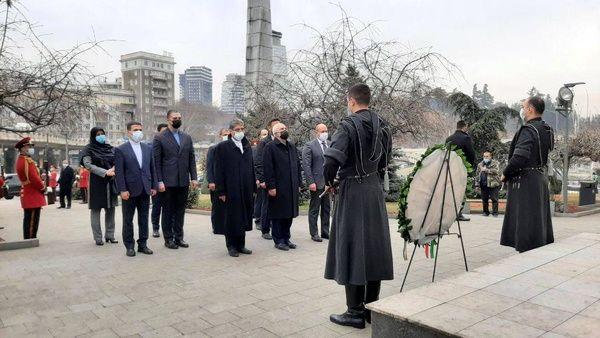ظریف به قهرمانان ملی گرجستان ادای احترام کرد