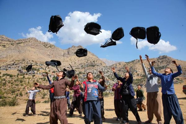 اهدا 10 هزار کولهپشتی حاوی لوازم التحریر به مناطق صفرمرزی توسط گلرنگ