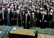 رهبر معظم انقلاب بر پیکر آیتالله خوشوقت نماز اقامه کردند