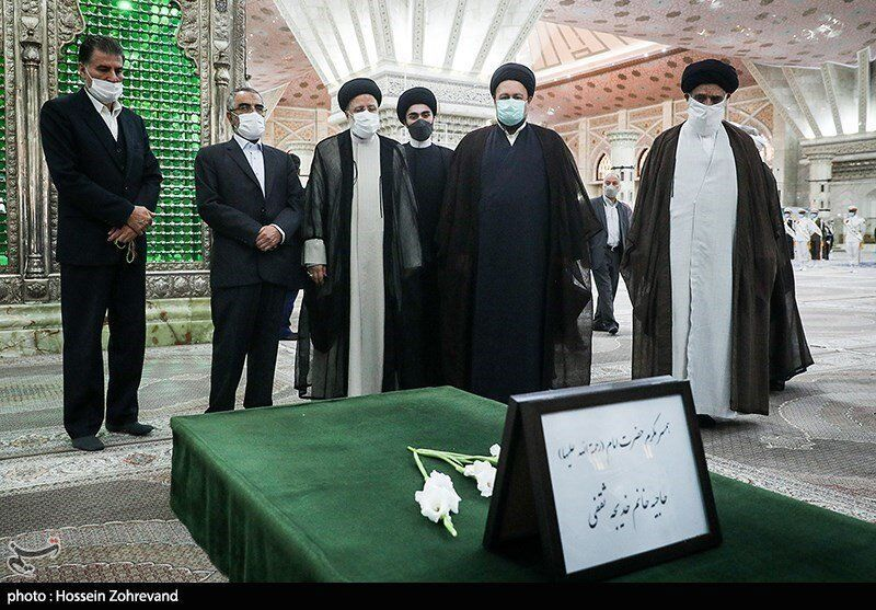 عکسی از فاتحه خوانی ابراهیم رئیسی بر سر مزار همسر امام