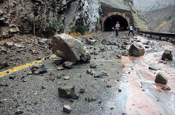 ریزش وحشتناک کوه در جاده هراز!+ فیلم