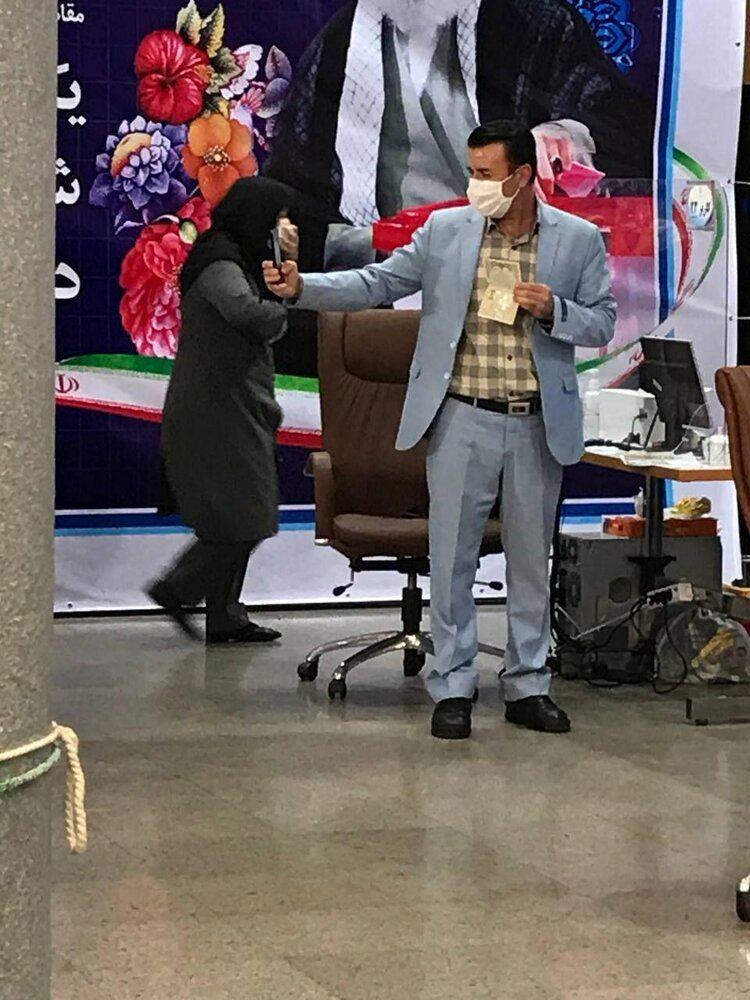 حرف های جنجالی یک کاندیدای ریاست جمهوری /خانمها گل هستند، نباید از آنها کار کشید/آقای کاندیدا را در حال سلفی گرفتن ببینید +عکس