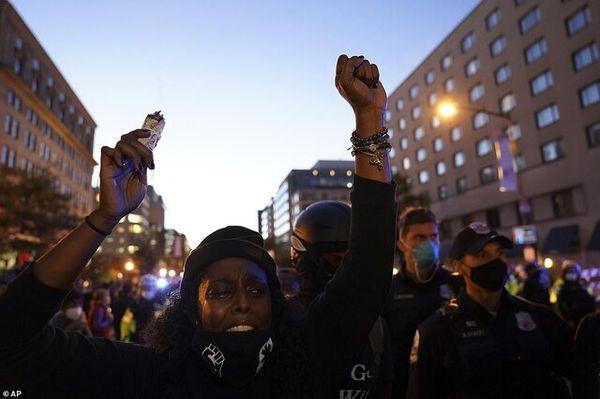 تجمع هزاران معترض ضد ترامپ مقابل کاخ سفید