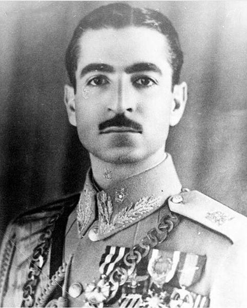 چرا محمدرضا پهلوی مجبور شد یک سال سبیل بگذارد؟