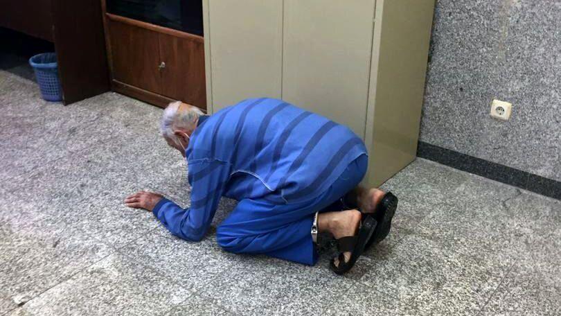 عکس   لحظه شکرگزاری پدر بابک خرمدین به خاطر قتل پسرش